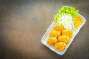 gefrituurde garnalentaart of bal met groente