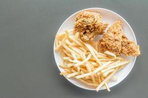 frietjes en gebakken kip