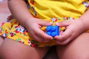 kind met een blauw blok