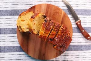 bovenaanzicht van brood op snijplank foto
