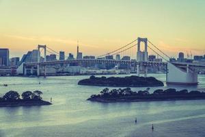 stadsgezicht van de stad van tokyo met regenboogbrug, japan