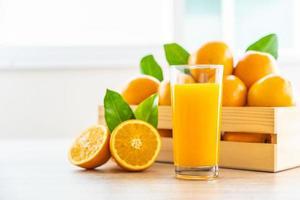 vers sinaasappelsap voor drank in flessenglas
