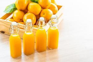 vers sinaasappelsap voor drank in flessenglas foto