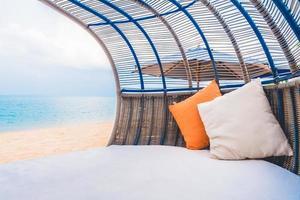 luxe dek met kussen op het strand en de zee