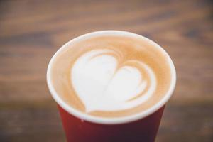 hart latte koffie in rode kop