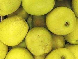close-up van stapel gele appels foto