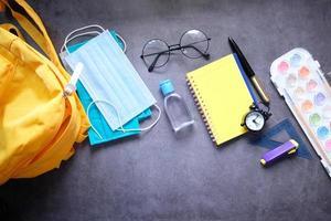 student school rugzak met ontsmettingsmiddel en een gezichtsmasker
