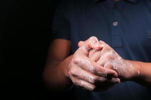 man handen wassen met zeepachtig warm water
