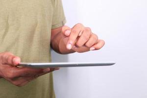 close-up van iemands hand met behulp van een digitale tablet