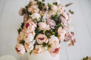 rij met florale centerpieces foto