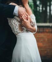 bruid en bruidegom omarmen foto