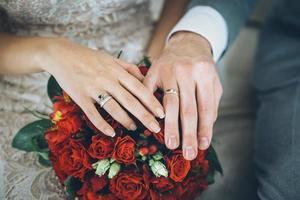 bruid bruidegom met rood boeket foto