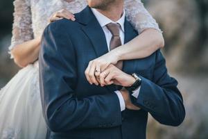 bruid omhelst bruidegom foto