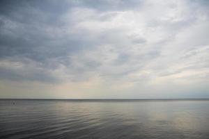 kalme zee met wolken foto