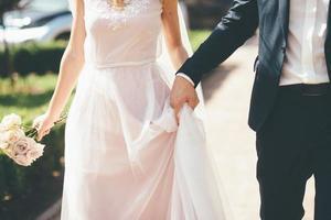 brug en bruidegom lopen foto