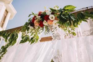 bloemen op huwelijksboog foto