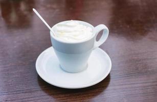 heerlijke koffie geïsoleerd op bruine achtergrond foto