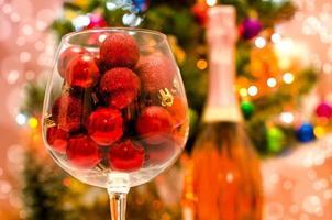 rode kerstballen in een glas