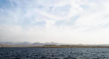 oceaan en rotsachtige kust foto