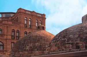 thermische zwavelbad bakstenen koepels in Tbilisi, Georgië foto