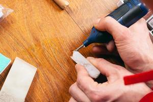 restauratie van laminaatparket en houten meubelen close-up foto