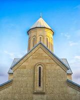 tempel van de Georgisch-orthodoxe kerk tegen een blauwe hemel foto