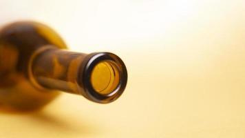 lege wijnfles op een gele achtergrond foto