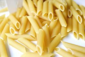gele heerlijke pasta close-up uit de winkel foto