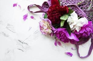 roze pioenbloemen in koordzak foto