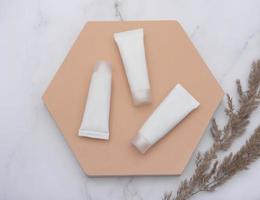 witte buizen crème op een marmeren achtergrond foto