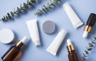 witte buizen crème op een blauwe achtergrond foto