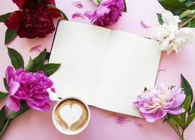 pioenrozen, notitieboekje en koffie foto