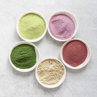 regeling van kleurrijke natuurlijke spa zand in kommen bovenaanzicht foto