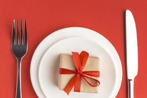 geschenkdoos op rode achtergrond foto
