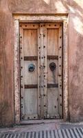 antieke rustieke oude houten deur. architectonisch element. foto