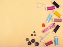 platliggend naaisetje accessoire of werkplaats voor kleermakersgereedschap foto