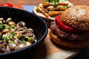 ongezond eten - hamburger en gebakken champignons foto