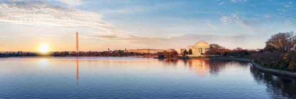 Jefferson Memorial en Washington Monument weerspiegeld in het getijbekken in de ochtend, Washington DC, Verenigde Staten foto