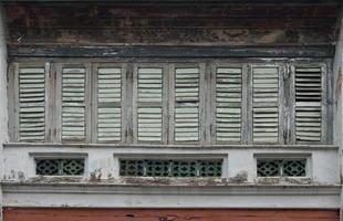 antieke houten ramen op een oud gebouw. architectonische elementen. foto
