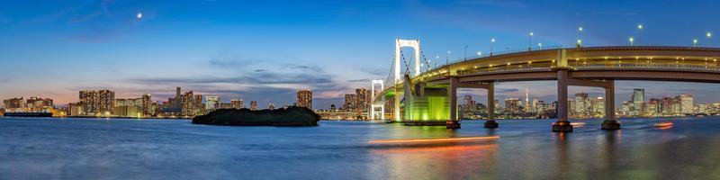panoramisch uitzicht op de skyline van tokyo in de avond. tokyo city, japan. foto