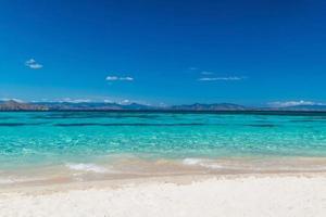 prachtig strand. uitzicht op mooi tropisch strand. vakantie en vakantie concept. tropisch strand. foto
