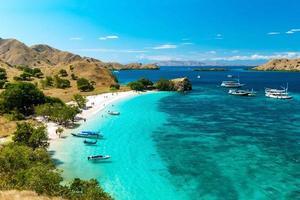 panoramisch uitzicht op roze strand, komodo national park, flores island, indonedia. foto