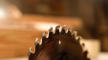 hout zagen met een cirkelzaag foto