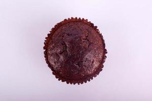 chocolade muffin cake op een grijze achtergrond foto