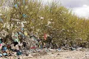 stapel huishoudelijk afval op de stortplaats. oekraïne, rivne. 22 april 2020. foto