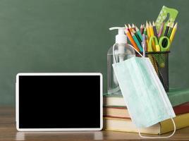 school vanuit huis concept, masker met mock-up digitale tablet foto