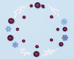 plat leggen van blauwe winterdecoraties foto