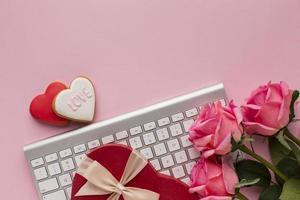 Valentijnsdag geschenken op het werk, roze achtergrond foto