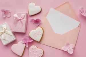 Valentijnsdag kaartsjabloon, roze achtergrond foto