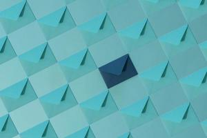 verschillende lichtblauwe enveloppen en een blauwe envelop.